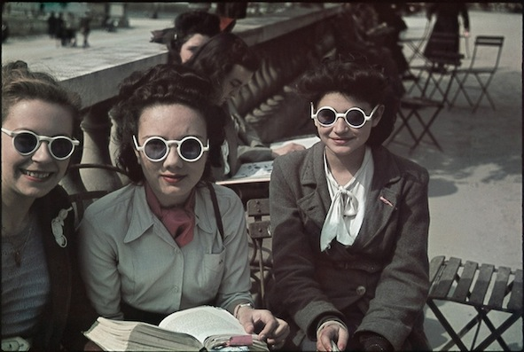 7-en-suivant-la-mode-jardin-du-luxembourg-mai-1942-credit-andre-zucca-bhvp-roger-viollet