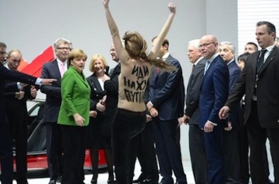"""Aktivistin der Frauengruppe """"Femen"""" demonstriert auf der Hannover Messe vor Putin und Merkel"""