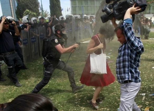 2013-06-04T104559Z_1133020441_LR2E9640TWCYA_RTRMADP_3_TURKEY-PROTESTS-WOMEN