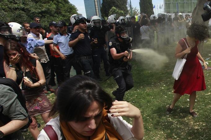 2013-06-04T104600Z_556595215_LR2E9640TWDYC_RTRMADP_3_TURKEY-PROTESTS-WOMEN