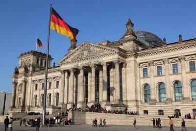 7728547-deutscher-reichstag--bundestag--berlin-deutschland