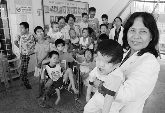 A_vietnamese_Professor_is_pictured_with_a_group_of_handicapped_children