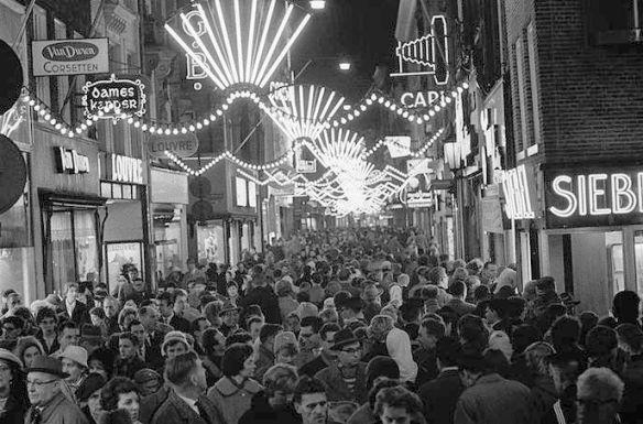 800px-Koopavond_Amsterdam_1960-2