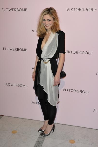 Julie-Gayet-au-5eme-anniversaire-du-parfum-Flower-Bomb-le-5-mars-2010-a-Paris_exact810x609_p