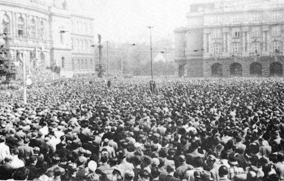 Demonstrace_před_Rudolfínem_22._9._1938