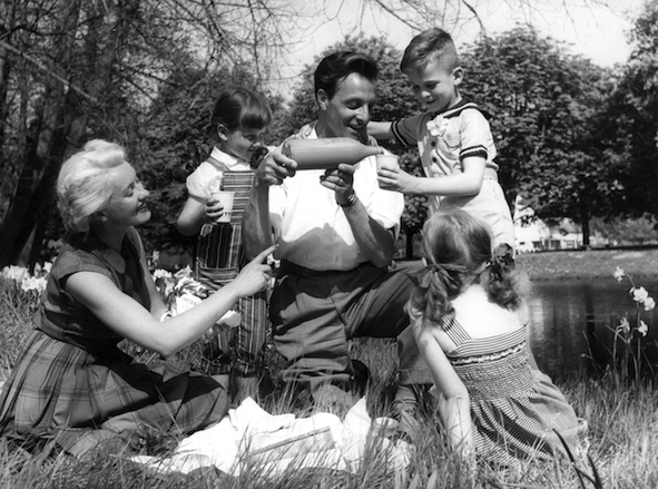 4555-1 Gezin aan de picknick; [chocomel drinken]; 1956