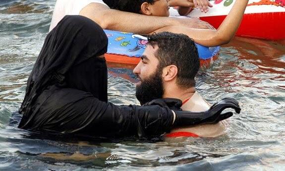 muslim-woman-swimming
