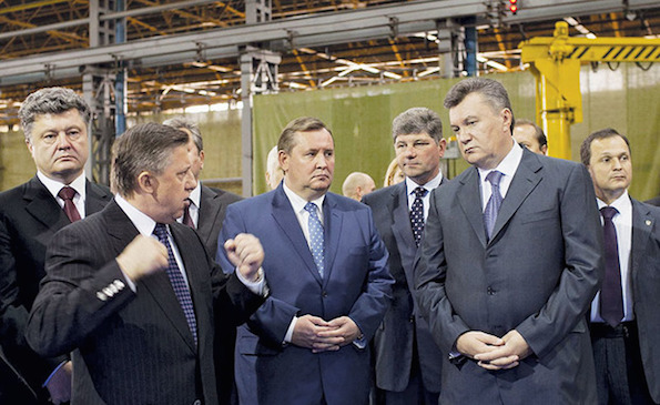 From left, then-Economy Minister Petro Poroshenko stands with officials including then-Prseident Victor Yanukovych (second from right) in Luhansk on Oct. 16, 2012. (UNIAN)